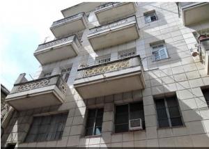 周辺のコロニアル建物に比べるとモダン?!なアパート。